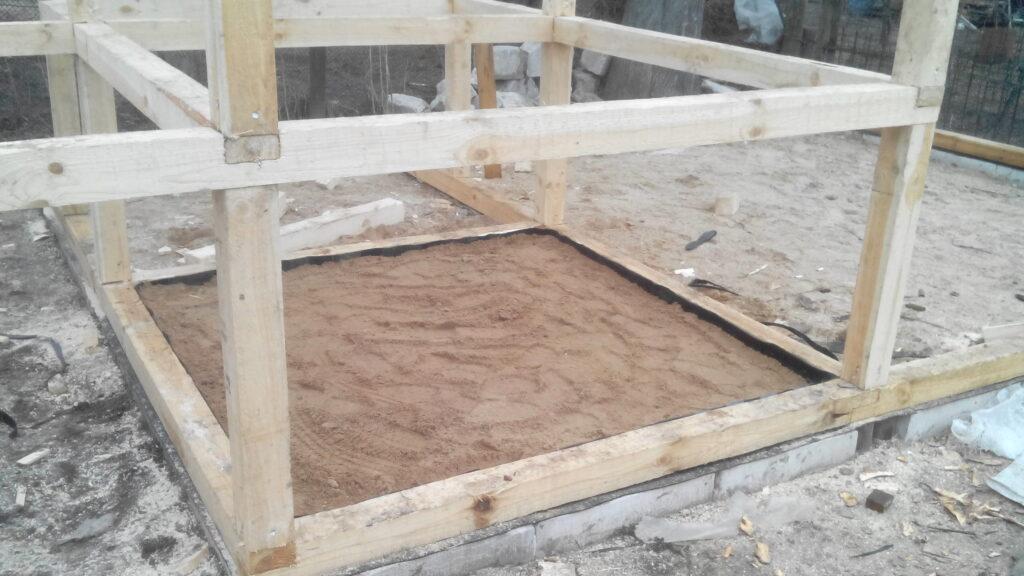 засыпаем пол курятника песком